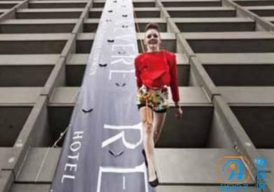 美一家KTV开业邀模特在24层高楼墙壁垂直走秀.jpg