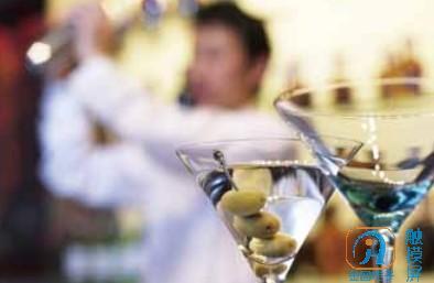 吧台经理必须有丰富的酒吧或吧台工作经验.jpg